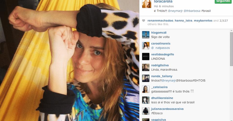"""Carolina Dieckmann faz a pose """"é tóis"""" em apoio a Neymar"""