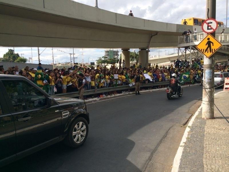 Cerca de 400 torcedores lotam viaduto perto do hotel da seleção brasileira, em Belo Horizonte