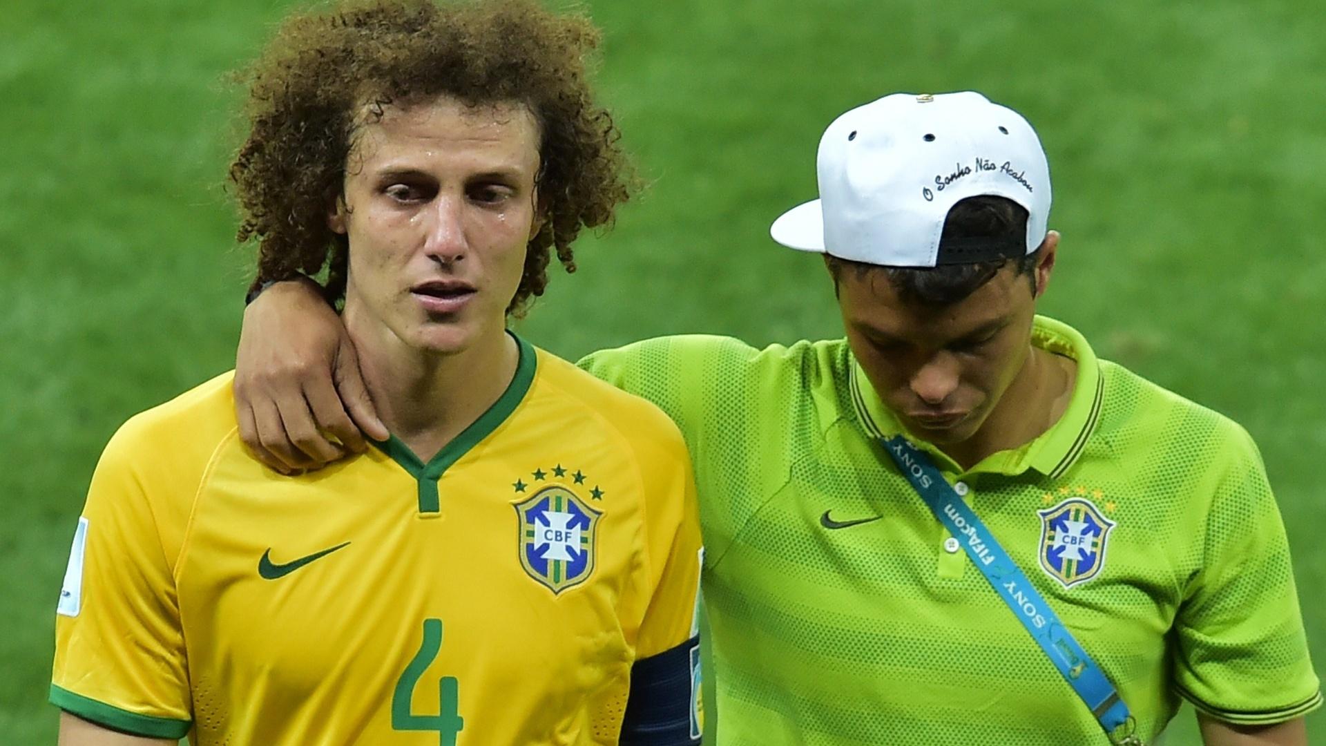 08. jul. 2014 - Chorando, David Luiz deixa o gramado ao lado de Thiago Silva, que não jogou, após a derrota por 7 a 1 para a Alemanha, no Mineirão