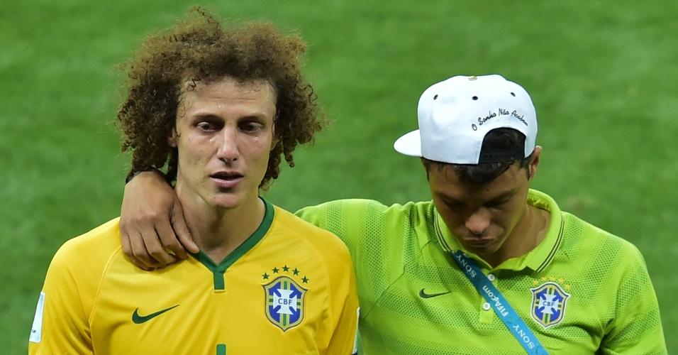 Chorando, David Luiz deixa o gramado ao lado de Thiago Silva, que não jogou, após a derrota por 7 a 1 para a Alemanha, no Mineirão