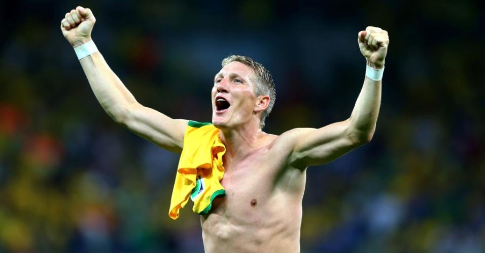 08. jul. 2014 - Com uma camisa do Brasil no ombro, Schweinsteiger comemora a goleada histórica da Alemanha no Mineirão: 7 a 1