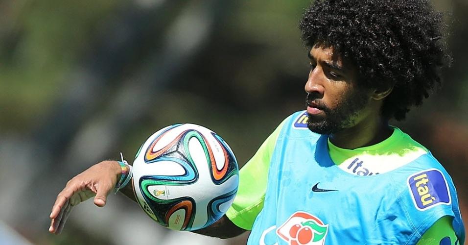 Dante em treino da seleção brasileira, na Granja Comary