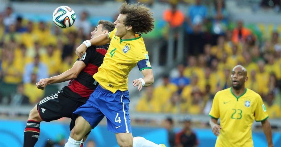 08. jul. 2014 - David Luiz briga pela bola com o alemão Klose, no início da partida no Mineirão. A Alemanha venceu por 7 a 1 e está na final