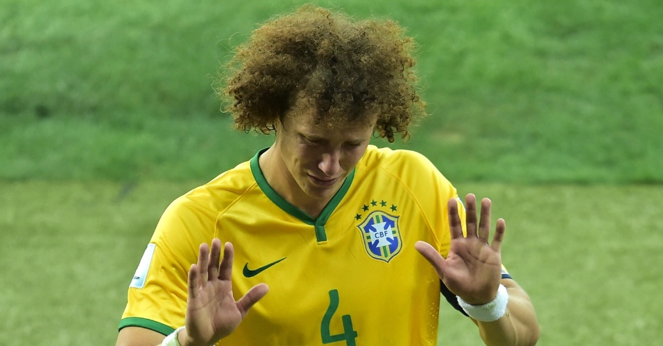 08. jul. 2014 - David Luiz deixa o gramado chorando e pede desculpa aos torcedores presentes no Mineirão após a derrota por 7 a 1