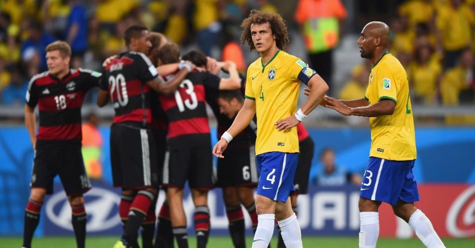 08. jul. 2014 - David Luiz e Maicon tentam acalmar a seleção brasileira após gol sofrido para a Alemanha no Mineirão