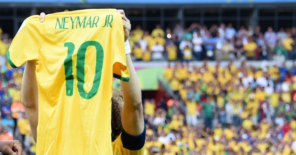 08. jul. 2014 - David Luiz segura a camisa de Neymar antes do início da partida contra a Alemanha, no Mineirão