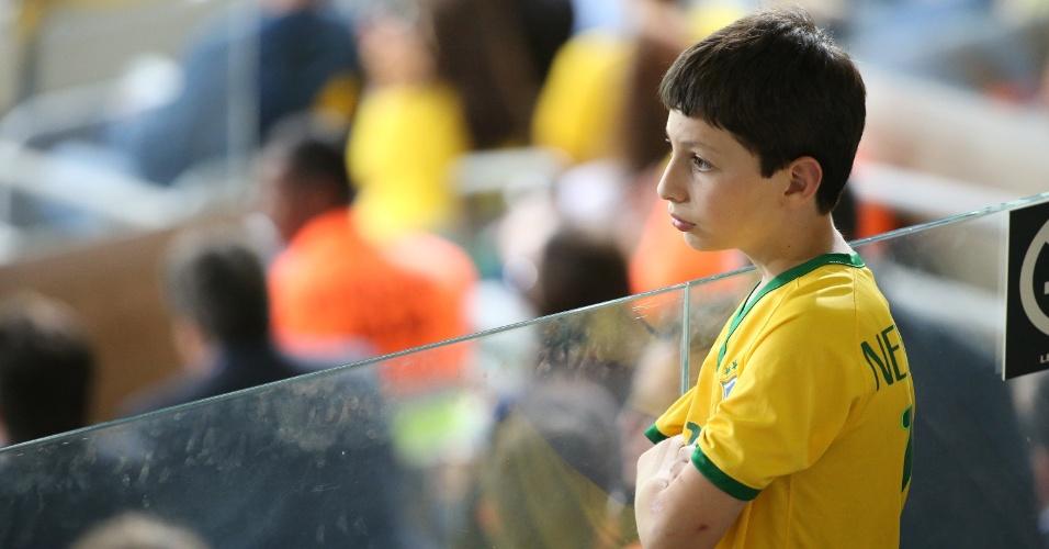 Desolado, garota observa Brasil ser goleado no Mineirao