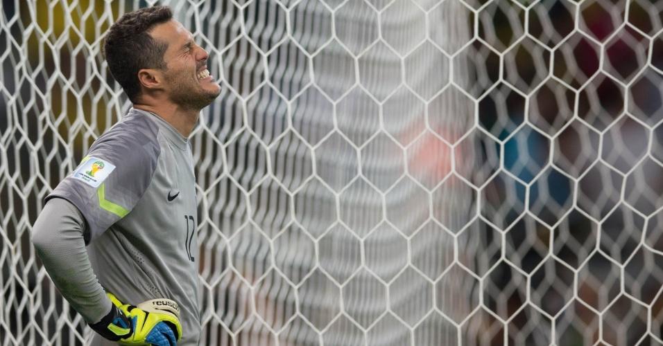 08. jul. 2014 - Desolado, goleiro Júlio César chora a eliminação do Brasil na Copa, após a goleada sofrida por 7 a 1 para a Alemanha, no Mineirão