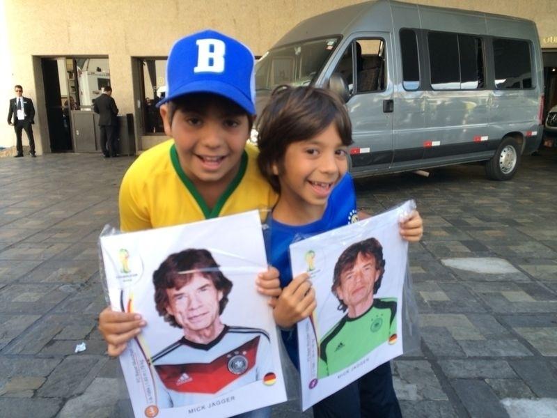 Em frente ao hotel no qual está hospedada a seleção brasileira em Belo Horizonte, torcedores seguram