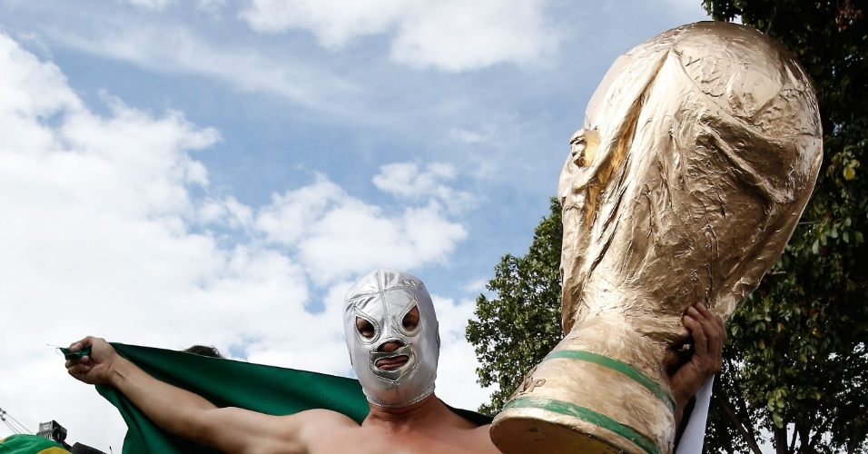 Fantasiado de lutador mexicano, torcedor do Brasil exibe bandeira do país nos arredores do Mineirão antes de partida contra a Alemanha