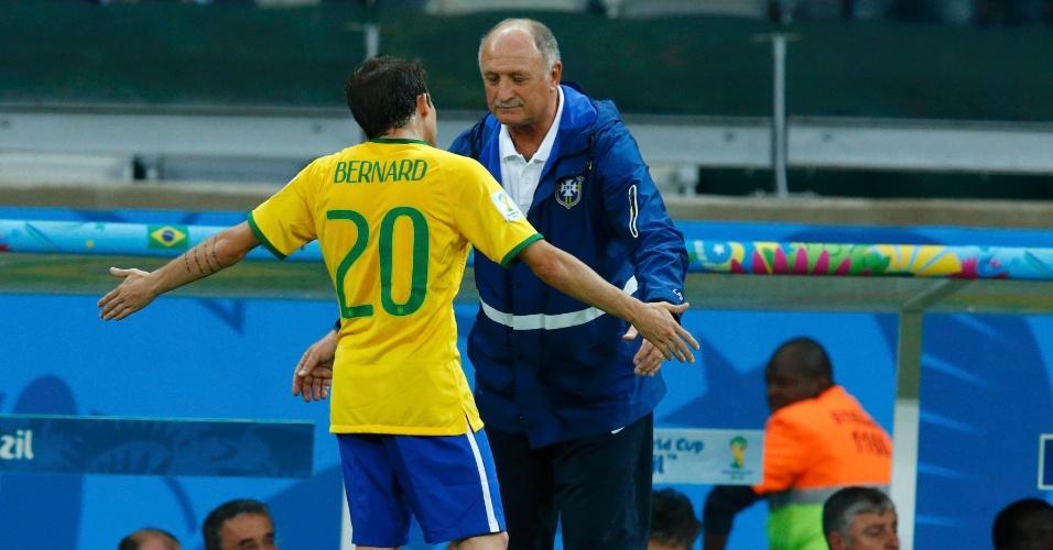 Felipão conversa com Bernard, substituto de Neymar, durante o primeiro tempo da partida entre Brasil e Alemanha