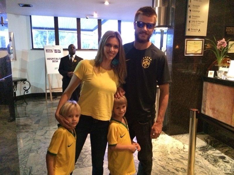 Fernanda Lima e Rodrigo Hilbert posam com os filhos no hotel da seleção brasileira antes de seguirem para o Mineirão