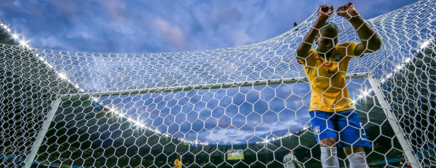 08. jul. 2014 - Fernandinho vai parar no fundo da rede depois do Brasil sofrer gol da Alemanha no Mineirão - Jefferson Bernardes/VIPCOMM