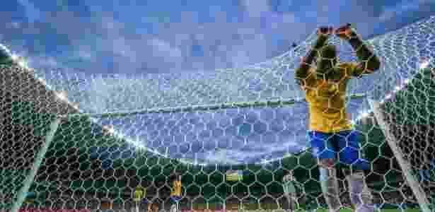 08. jul. 2014 - Fernandinho vai parar no fundo da rede depois do Brasil sofrer gol da Alemanha no Mineirão - Jefferson Bernardes/VIPCOMM - Jefferson Bernardes/VIPCOMM