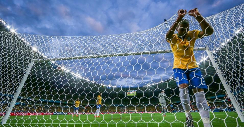 08. jul. 2014 - Fernandinho vai parar no fundo da rede depois do Brasil sofrer gol da Alemanha no Mineirão