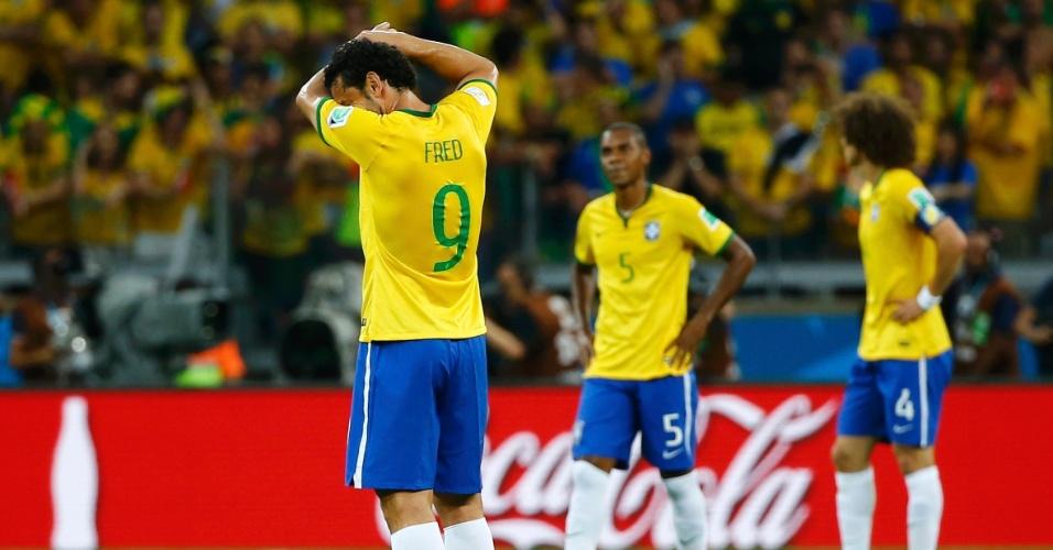 08. jul. 2014 - Fred espera para reiniciar a partida após o Brasil sofrer gol da Alemanha no primeiro tempo no Mineirão