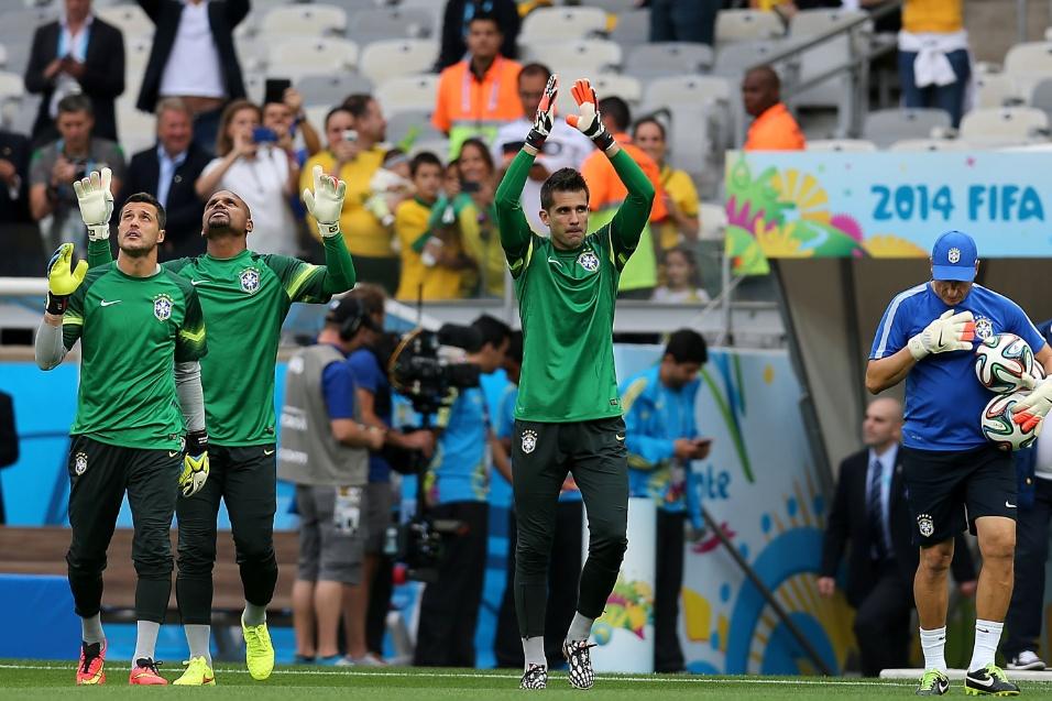 08. jul. 2014 - Goleiros Julio Cesar, Jefferson e Victor sobem ao gramado do Mineirão para fazer aquecimento antes do jogo contra a Alemanha