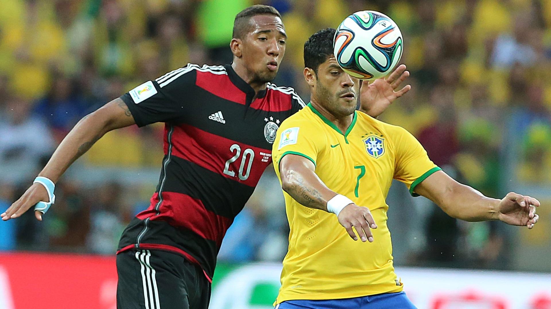 08. jul. 2014 - Hulk se prepara para domina a bola durante partida contra a Alemanha e é marcado por Boateng