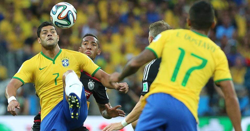 08. jul. 2014 - Hulk se prepara para fazer domínio de bola durante a partida contra a Alemanha em que o Brasil saiu derrotado por 7 a 1