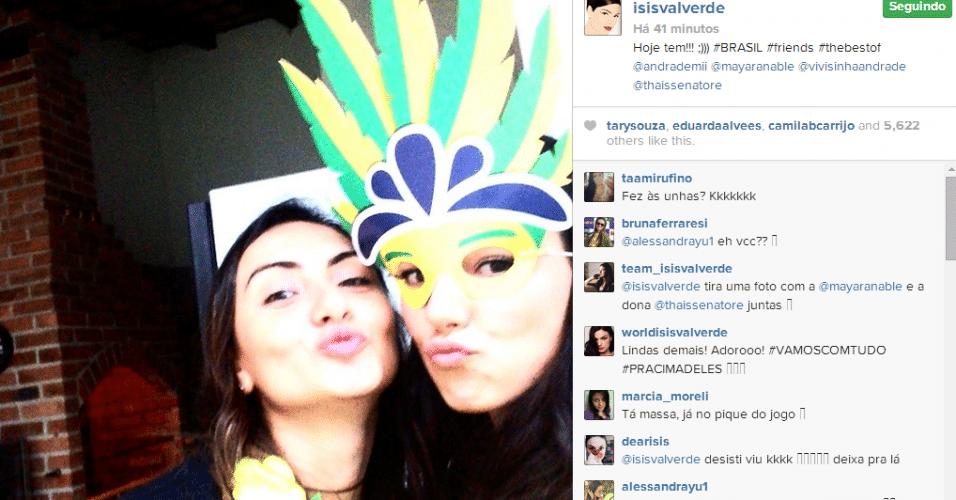 Isis Valverde posta foto mascarada na torcida pelo Brasil