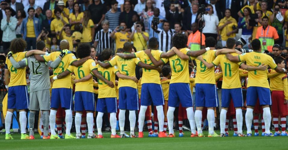 08. jul. 2014 - Jogadores brasileiros ficam perfilados para a execução do hino nacional antes do jogo contra a Alemanha