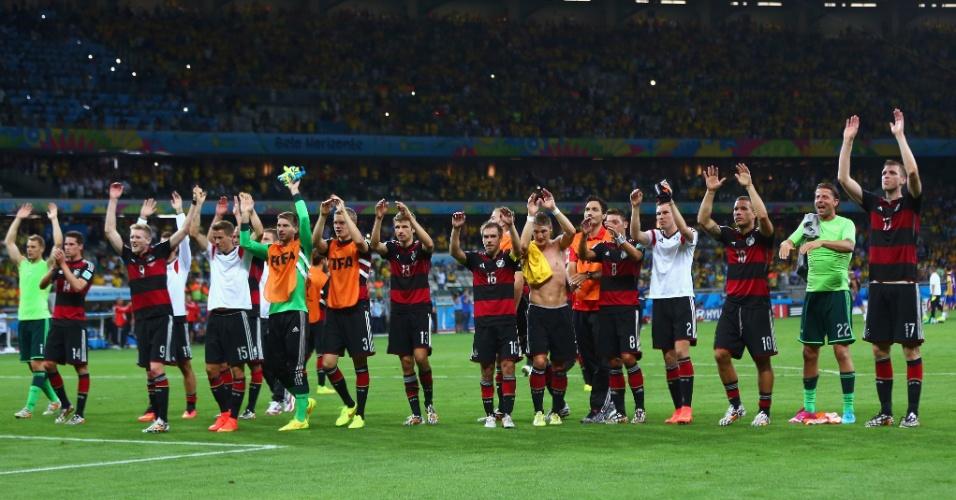 08. jul. 2014 - Jogadores da Alemanha agradecem à torcida presente no Mineirão depois da vitória por 7 a 1, pela semifinal da Copa