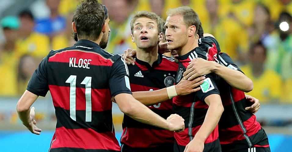08. jul. 2014 - Jogadores da Alemanha comemoram o gol de Müller, que abriu o placar contra o Brasil no Mineirão
