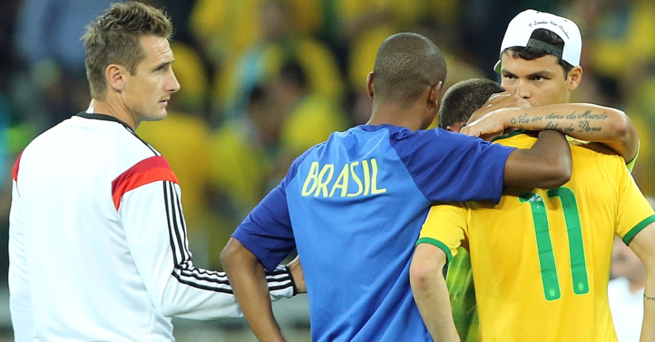 08. jul. 2014 - Jogadores da seleção brasileira consolam Oscar. Alemão Klose também chega perto do grupo para consolar o camisa 11 do Brasil