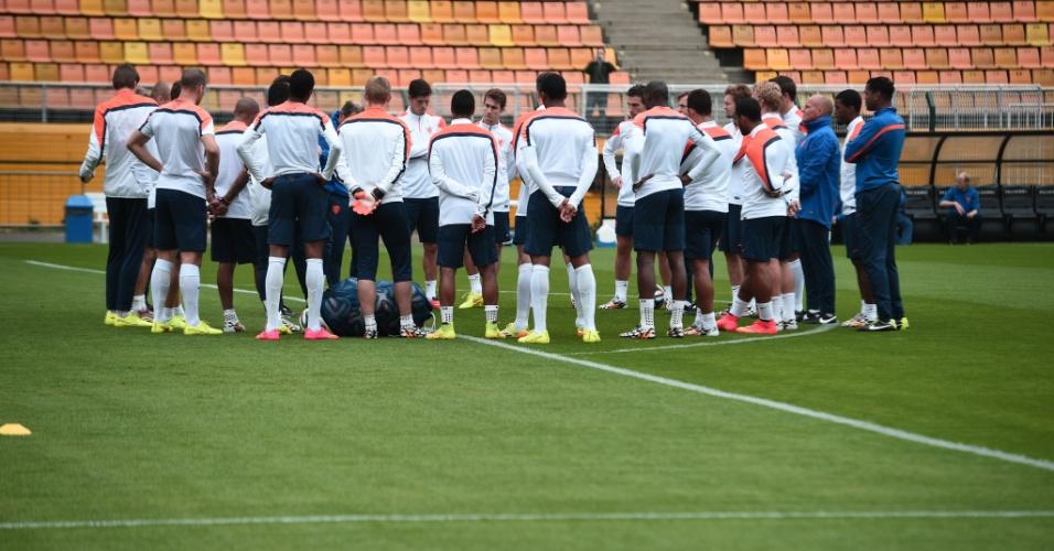 Jogadores da seleção da Holanda reúnem-se no gramado antes de treino no estádio do Pacaembu, em São Paulo