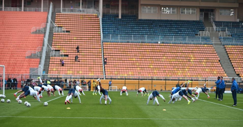 Jogadores da seleção da Holanda treinam no Pacaembu, em São Paulo, na véspera da partida contra a Argentina