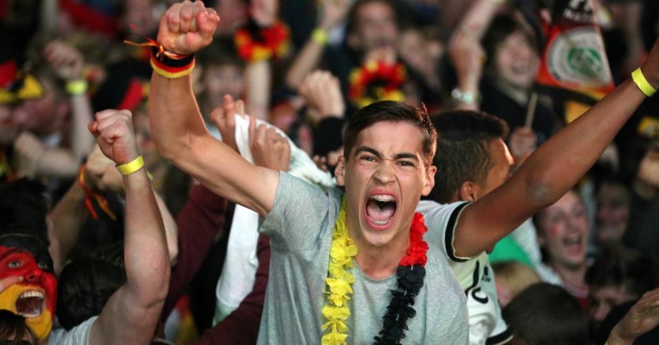 Jovem torcedor alemão em Frankfurt comemora um dos gols sobre o Brasil