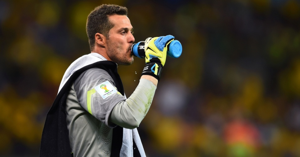 08. jul. 2014 - Júlio César deixa o gramado do Mineirão após o fim do primeiro tempo, de vitória alemã por 5 a 0