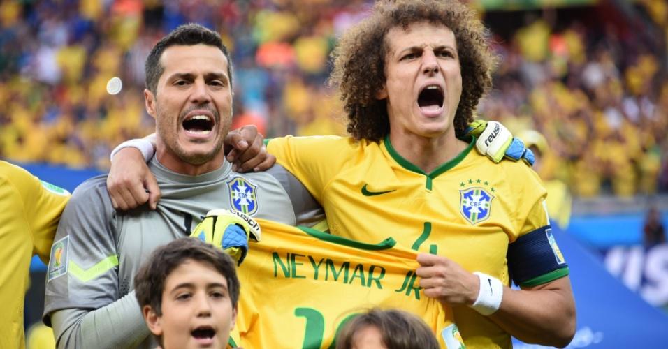 08. jul. 2014 - Júlio César e David Luiz cantam o hino nacional com a camisa de Neymar, no Mineirão