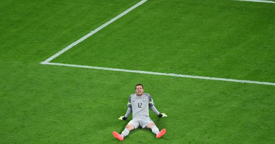 08. jul. 2014 - Júlio César fica atirado no gramado do Mineirão, após a derrota do Brasil para a Alemanha por 7 a 1