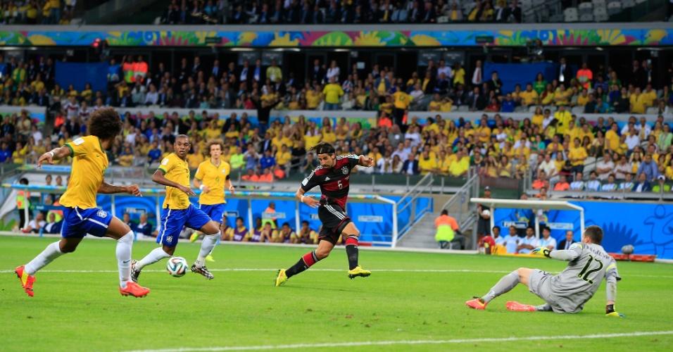 08. jul. 2014 - Khedira observa a bola antes de marcar para a Alemanha na vitória por 7 a 1 sobre o Brasil, no Mineirão