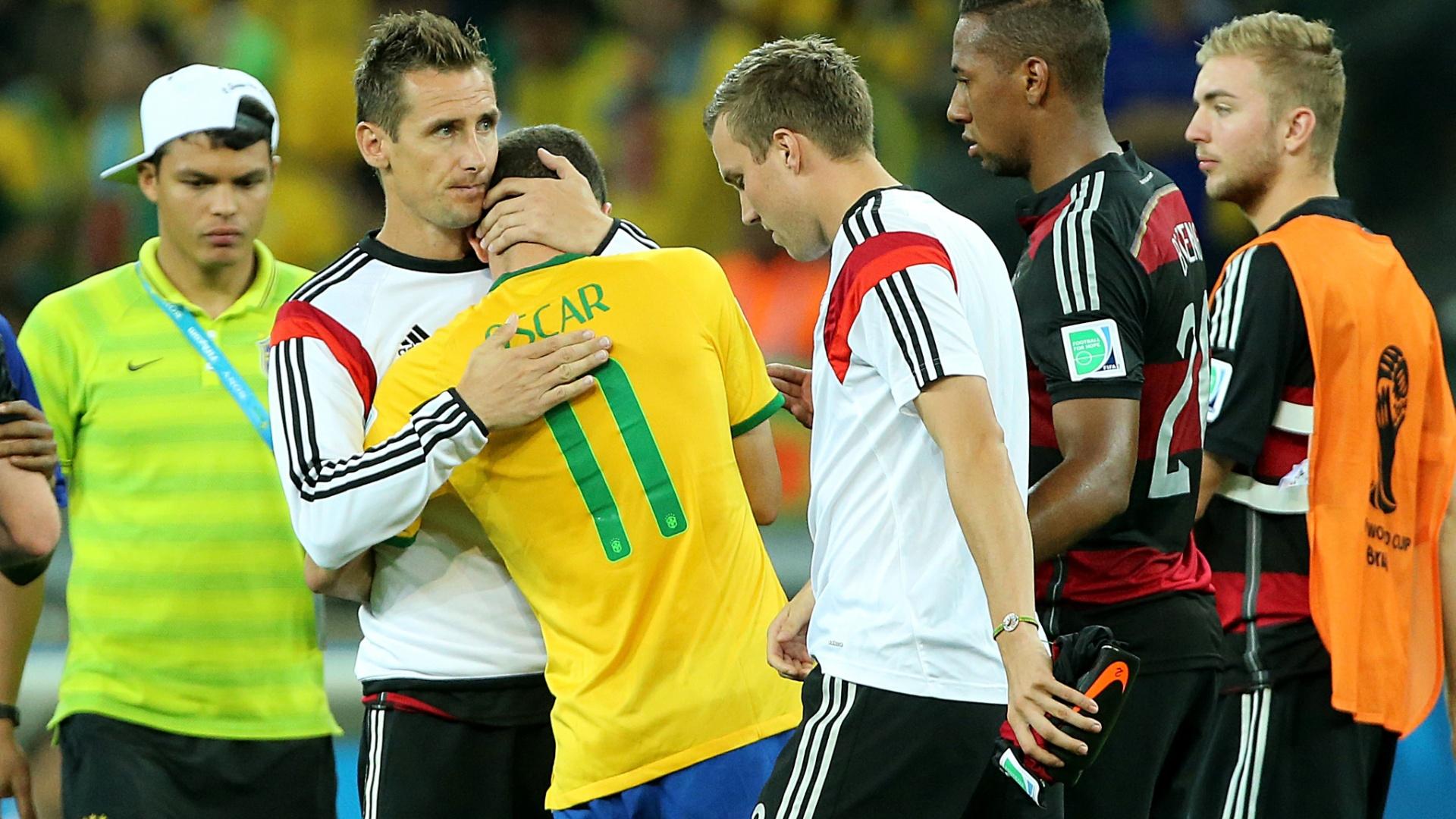 08. jul. 2014 - Klose consola o brasileiro Oscar, após a goleada alemã por 7 a 1 no Mineirão. A Alemanha está na final da Copa e jogará domingo, no Maracanã
