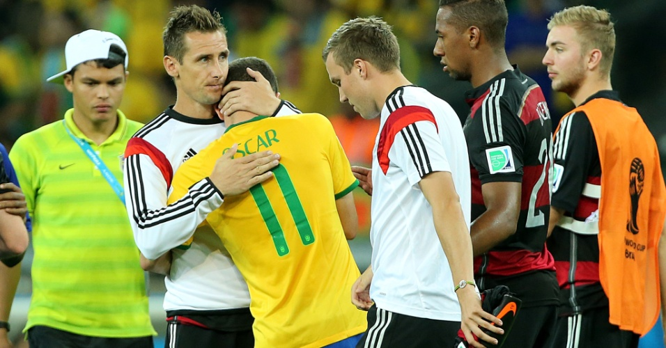 Klose consola o brasileiro Oscar, após a goleada alemã por 7 a 1 no Mineirão. A Alemanha está na final da Copa e jogará domingo, no Maracanã