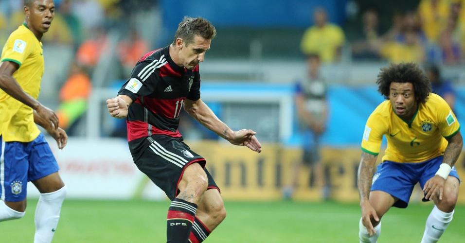 08. jul. 2014 - Klose finaliza dentro da área e marca o segundo da Alemanha contra o Brasil, no Mineirão