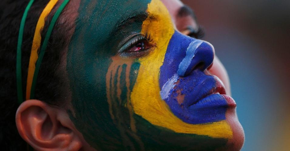 Lágrimas de torcedora desfazem a pintura da bandeira brasileira