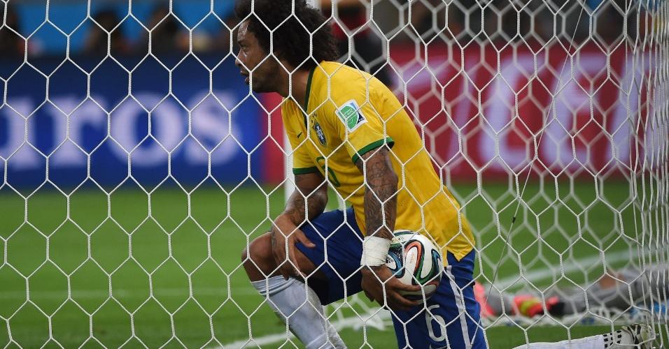 08. jul. 2014 - Lateral Marcelo vai buscar a bola no fundo do gol após a Alemanha marcar na vitória por 7 a 1 no Mineirão