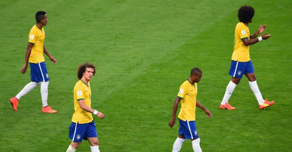 08. jul. 2014 - Luiz Gustavo, David Luiz, Fernandinho e Dante tentam se recuperar após gol alemão no Mineirão