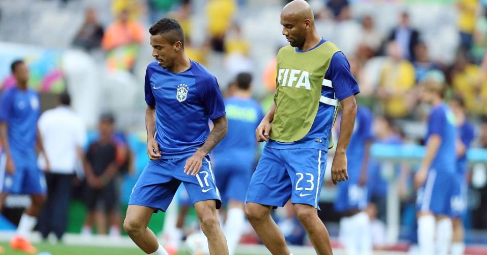 08. jul. 2014 - Luiz Gustavo e Maicon se aquecem no Mineirão, antes da partida contra a Alemanha, pela semifinal da Copa