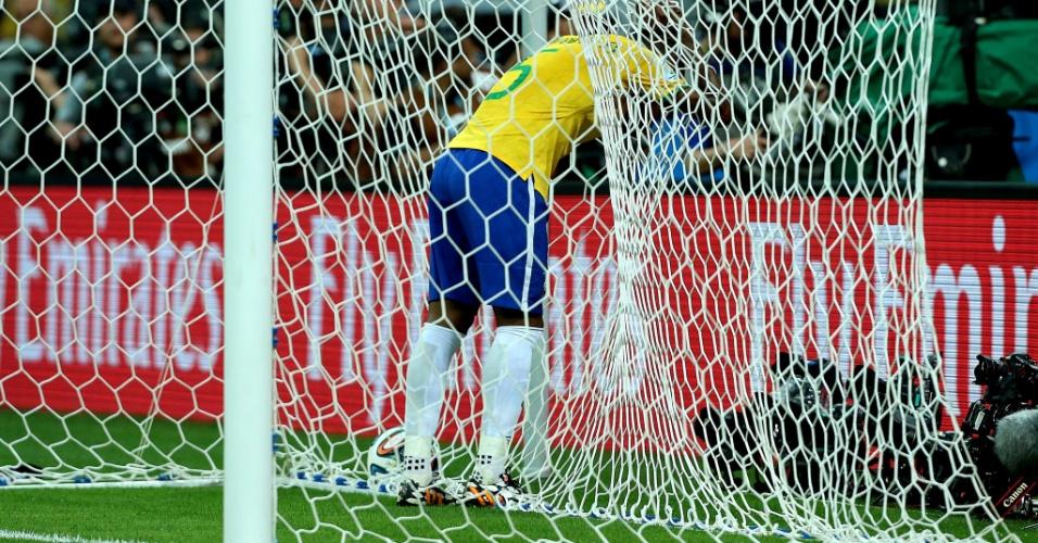 08. jul. 2014 - Meia Fernandinho fica no fundo gol após gol da Alemanha, no primeiro tempo da partida no Mineirão