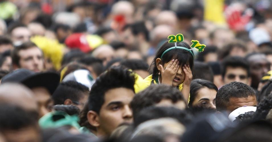 Menina tapa os olhos na Fan Fest de São Paulo enquanto a seleção brasileira é goleada pela a Alemanha