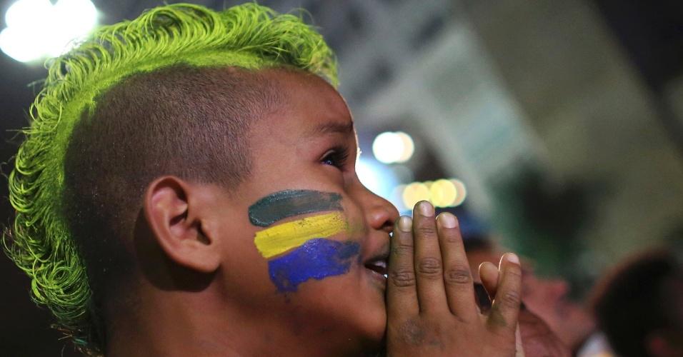 Menino chora ao lado do pai na Fan Fest de São Paulo durante transmissão da goleada alemã sobre o Brasil