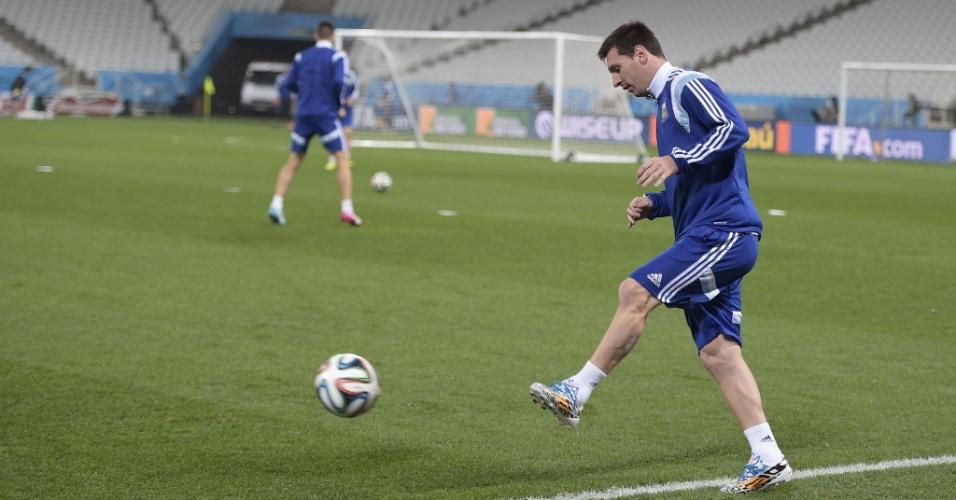 Messi toca a bola em treino da Argentina no Itaquerão um dia antes da semifinal contra a Holanda