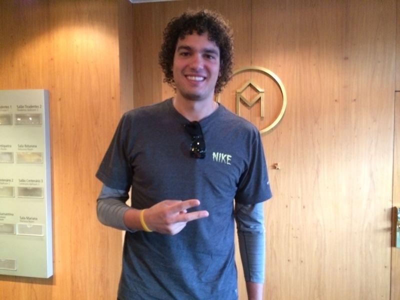 O jogador de basquete Anderson Varejão, do Cleveland Cavaliers, visita hotel da seleção brasileira em Belo Horizonte