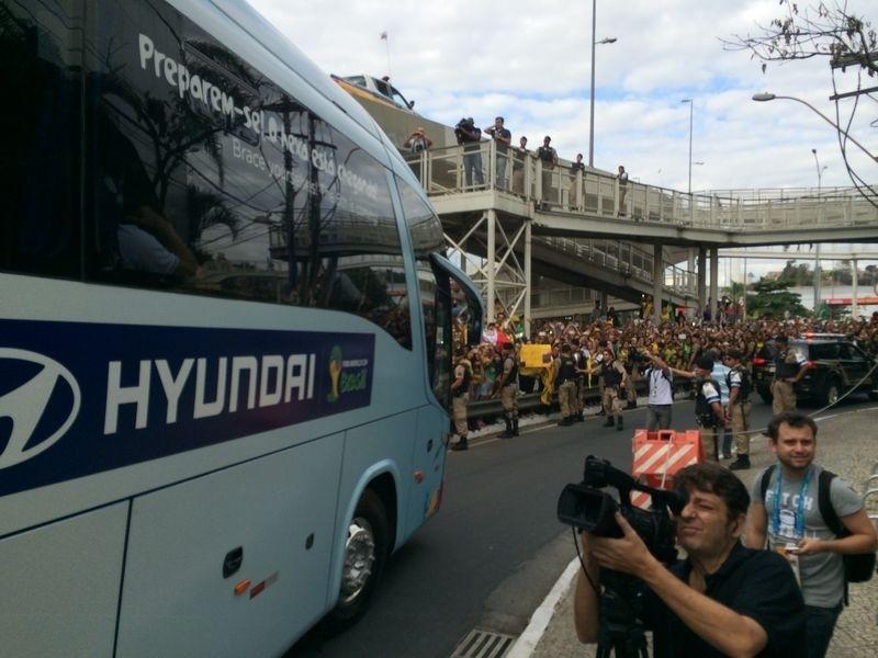 Ônibus da seleção brasileira deixa o hotel e vai em direção ao Mineirão, onde enfrenta a Alemanha