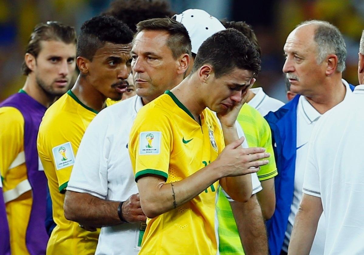 08. jul. 2014 - Oscar chora após a derrota brasileira para a Alemanha por 7 a 1. O Brasil agora disputa o terceiro lugar, no sábado