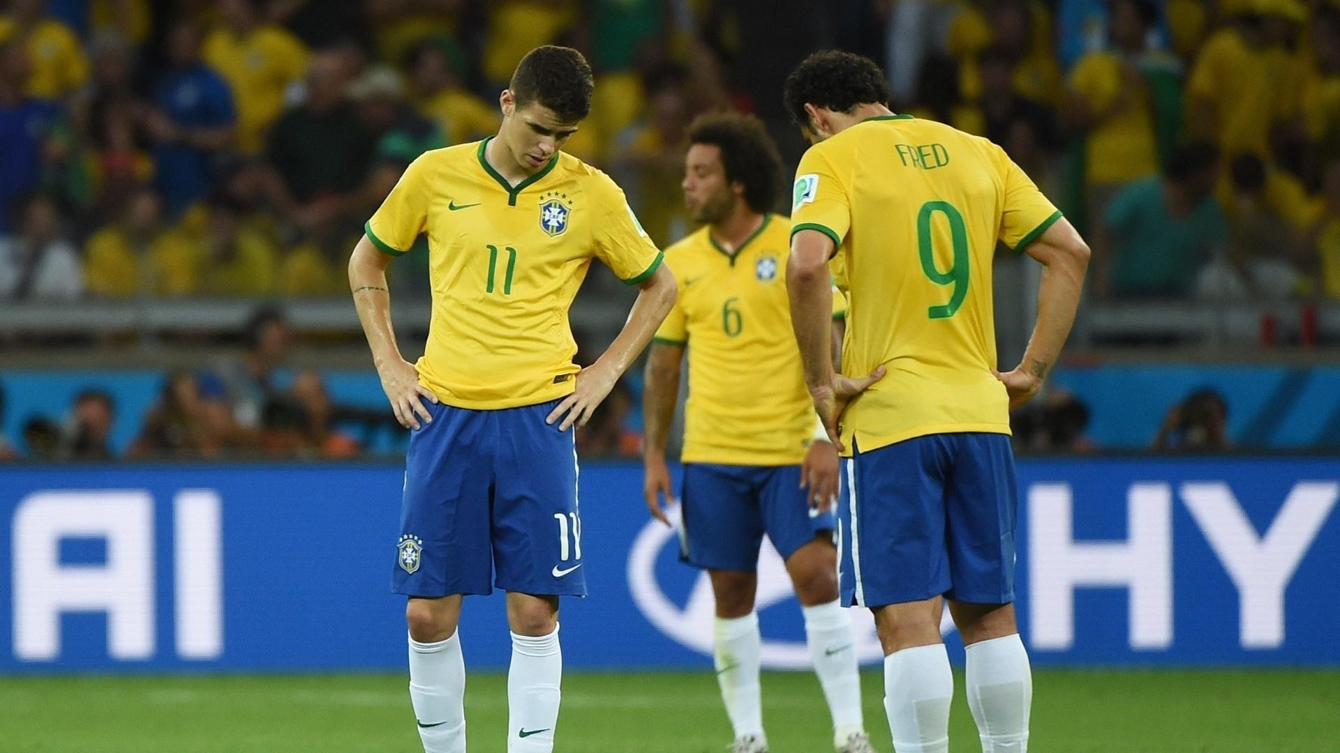 08. jul. 2014 - Oscar e Fred mostram abatimento após sofrer mais um gol para a Alemanha, no primeiro tempo no Mineirão
